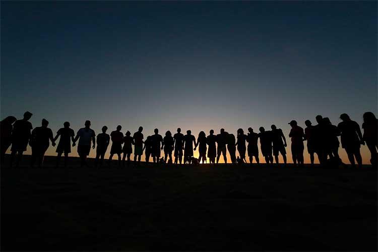 25-personas-esperan-la-llegada-de-Jesús-reunidas-en-el-Atlántico