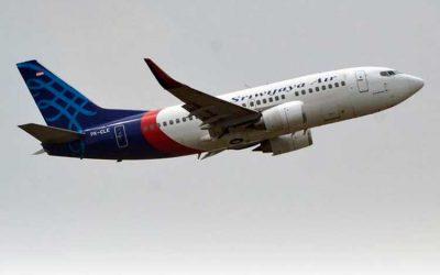 Avión con 62 personas cayó al mar en Indonesia