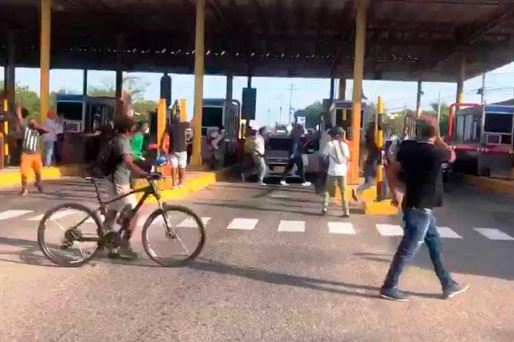 En video: conductores indignados levantaron peajes en Cartagena