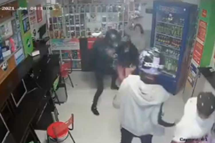 En video: a machetazos menor de 14 años enfrentó los ladrones