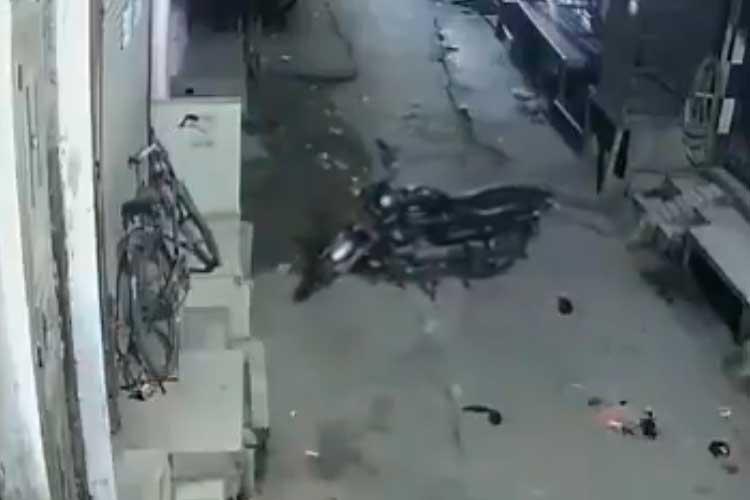 ¿Fantasma? moto que se mueve sola quedó registrada en video