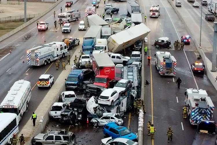 Impresionante choque de casi 100 autos en autopista de EE.UU