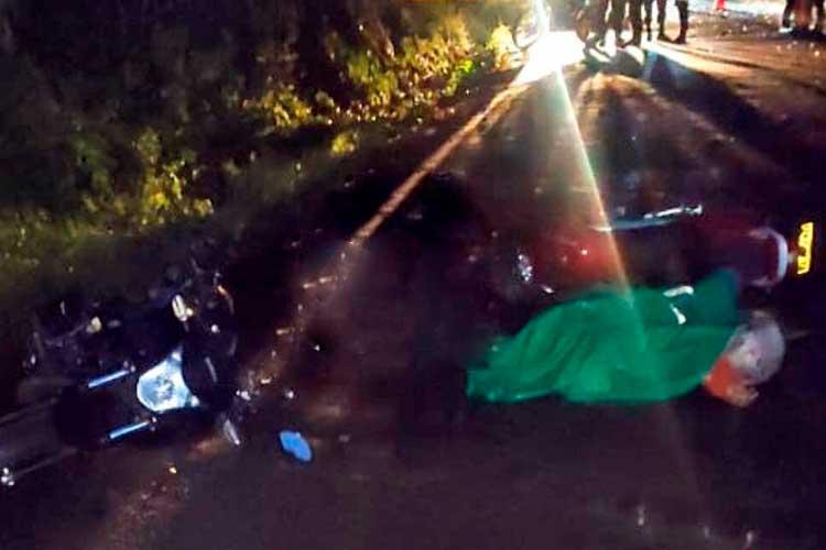 Un muerto y dos heridos dejó choque de 2 motos en vía a Pijao