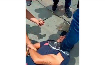 Video: intentaron linchar a presuntos ladrones en Cali y les quemaron la moto