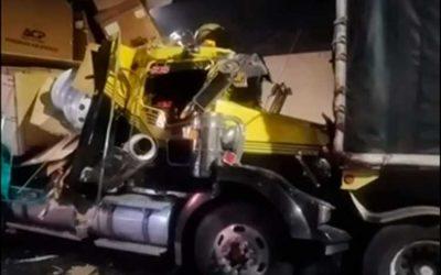 Violento choque de dos tractomulas dentro del túnel de La Línea