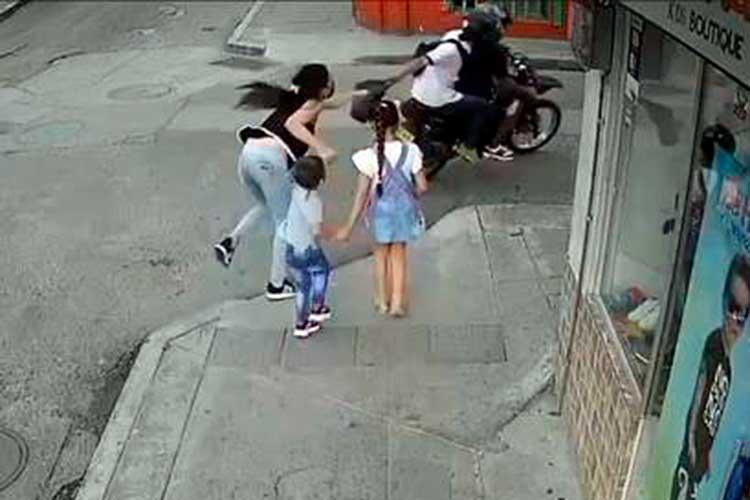 Calarcá ladrones moto bolso niños