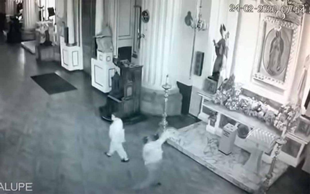 """Video: hombre agarró a piedra a imagen de virgen en iglesia porque no le hizo """"milagro"""""""