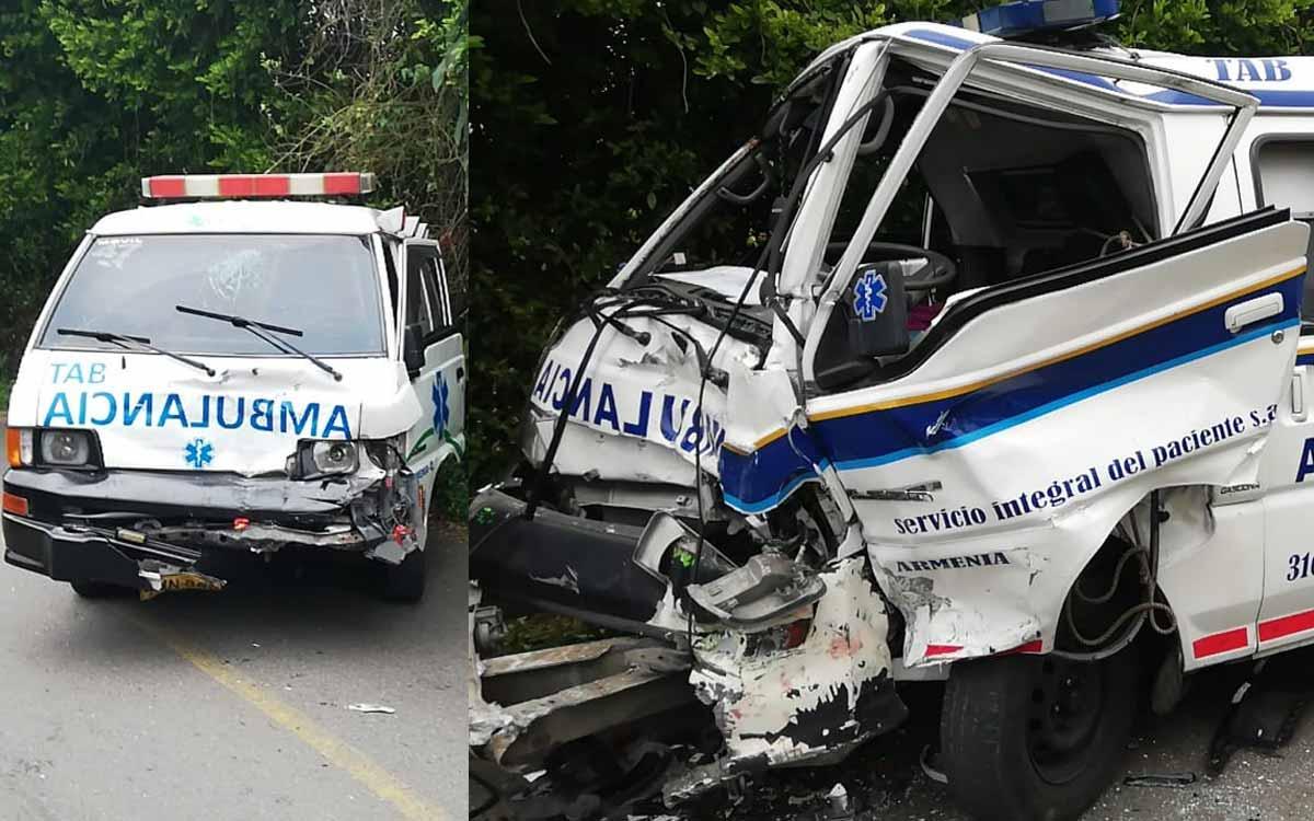 Dos ambulancias chocaron cuando acudían a tender la emergencia