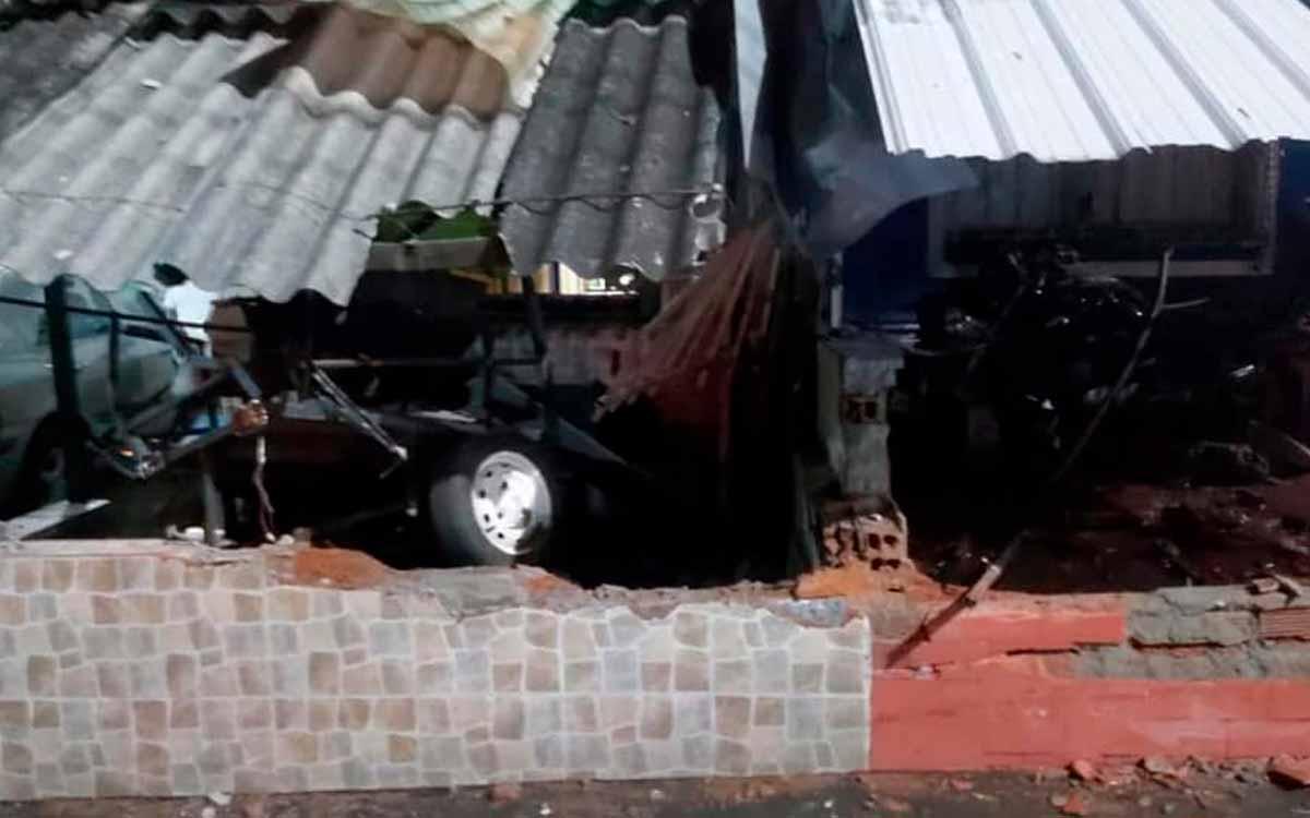 Se estrellaron contra 2 casas en Armenia y dejaron el carro abandonado 1