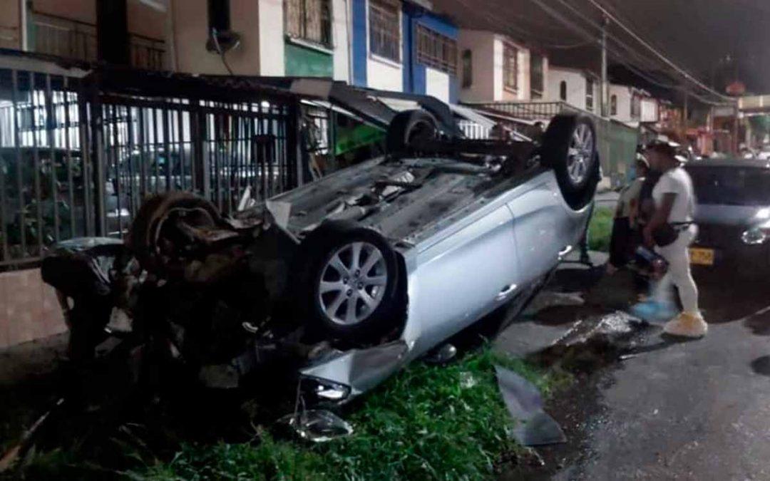Se estrellaron contra 2 casas en Armenia y dejaron el carro abandonado