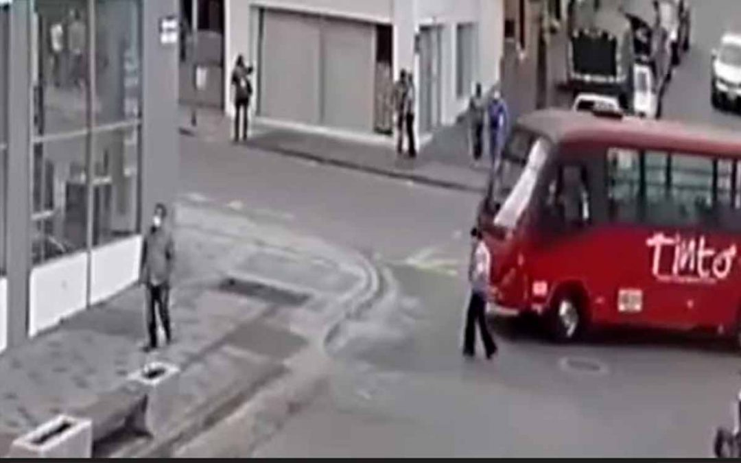 Video ciudadano fue atropellado por bus Tinto en Armenia