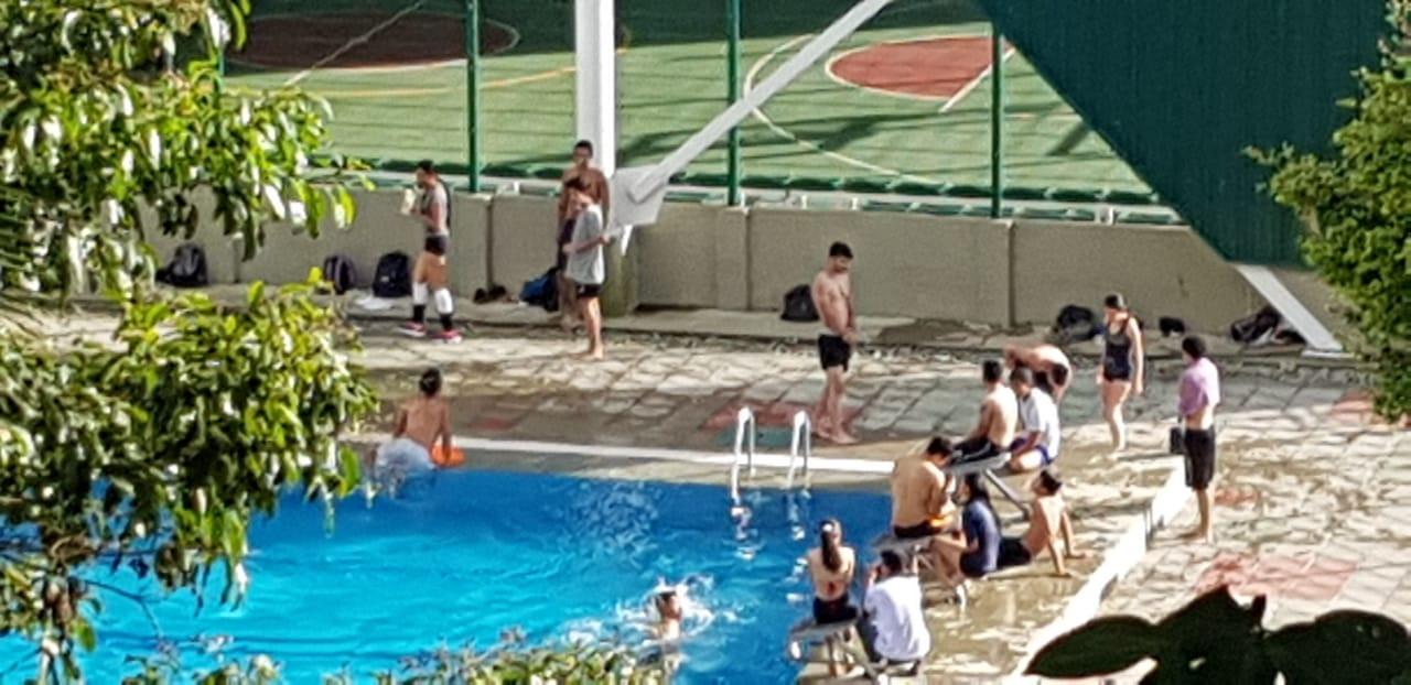 Jovenes en piscina de la Universidad