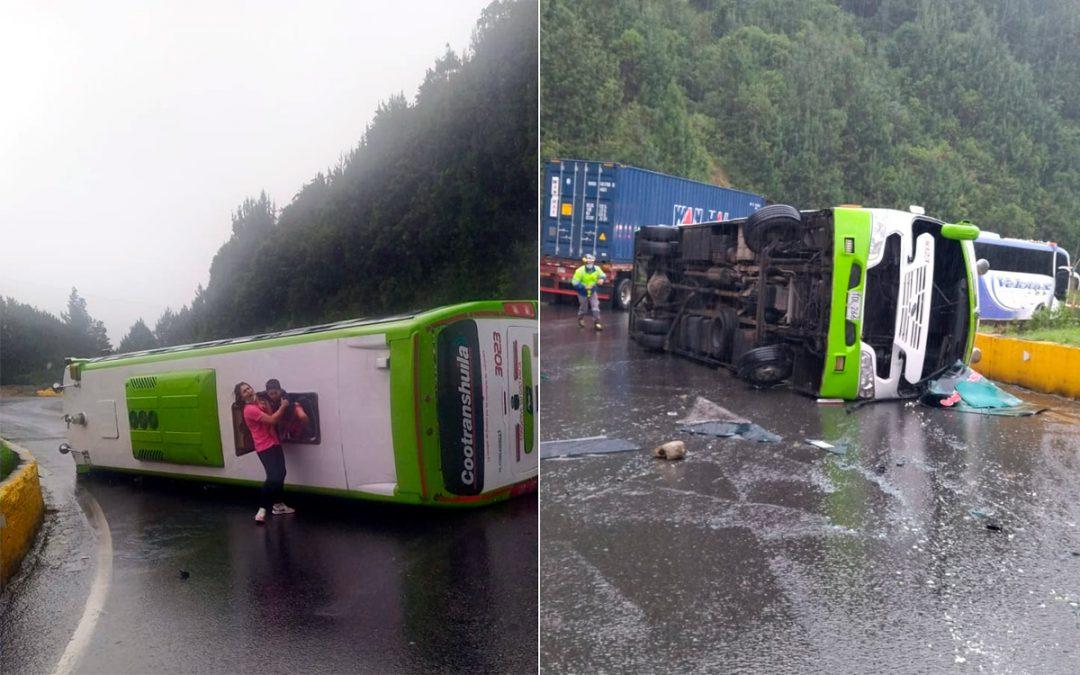 Son 12 los heridos tras accidente de bus que se volcó en La Línea