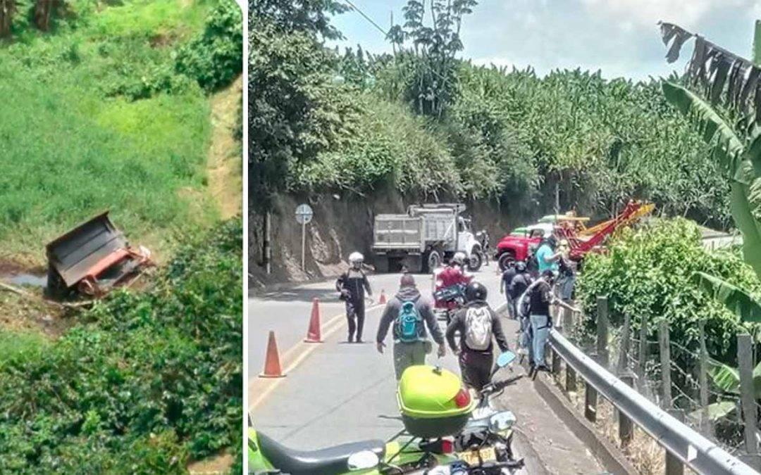 Aparatoso accidente de volqueta en la vía Quimbaya – Montenegro
