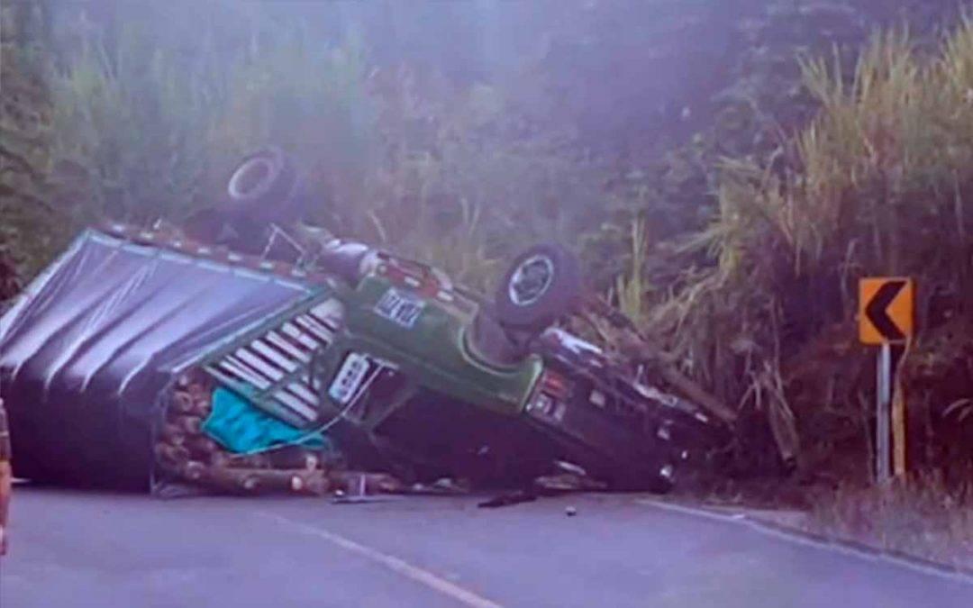 camión se volcó vía Pueblo Tapao - La Tebaida