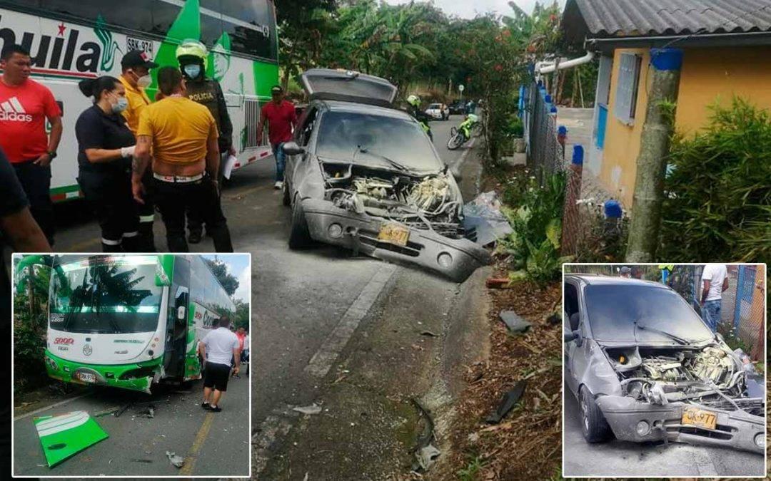 choque de un bus con automóvil en la vía Quimbaya - Filandia